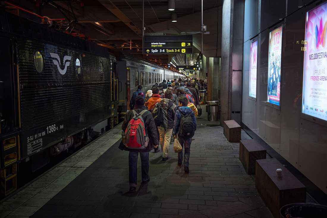 Flyktingar anländer till Stockholms central november 2015.