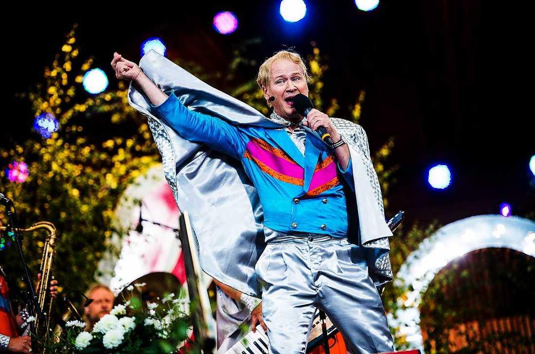 """Kände press I går uppträdde Robert Gustafsson med sitt dansband Rolandz i allsången. Däremot satte han för flera år sedan stopp för roliga sketcher då han upplevde en press att överträffa sig själv. """"Det är väldigt svårt att toppa att sitta i en liten låda ihop med Peps Persson"""", säger han."""