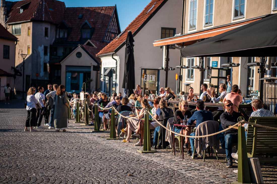 Fullsatt på uteservering i Visby under sommaren