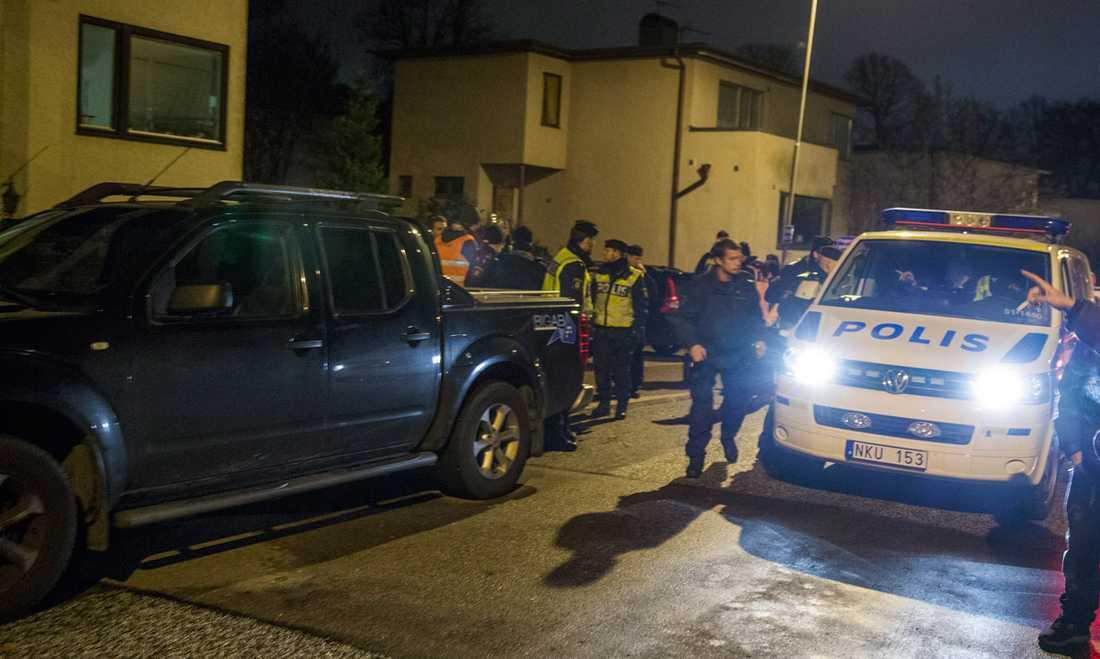 Polis och Missing People vid platsen där Anna hittades.