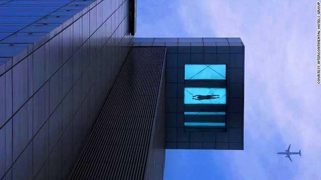HOLIDAY INN, SHANGHAI, KINA 30 meter lång, 6 meter bred och 24 våningar ovan mark. Poolen på Holiday Inn i Shanghai erbjuder badarna fågelperspektiv på stan. Mer info: www.holidayinn.com