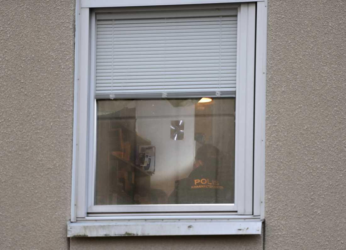 En man har hållits inspärrad i en lägenhet i nästan 30 år. Polisens tekniker i lägenheten