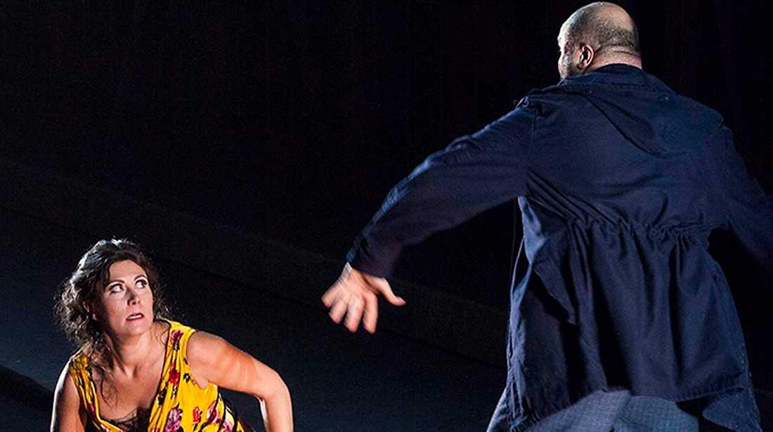 I Carmen-uppsättningen på Teatro Maggio i Florens är det kvinnomisshandlaren don  José som dör – inte Carmen.