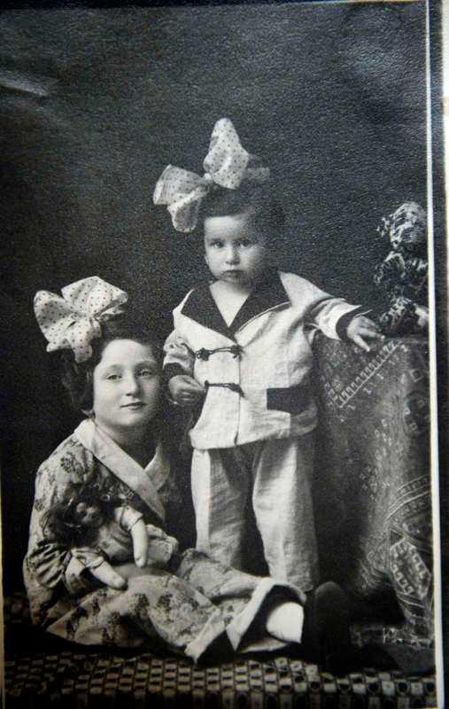 Livia Fränkel med sin syster Hedi.