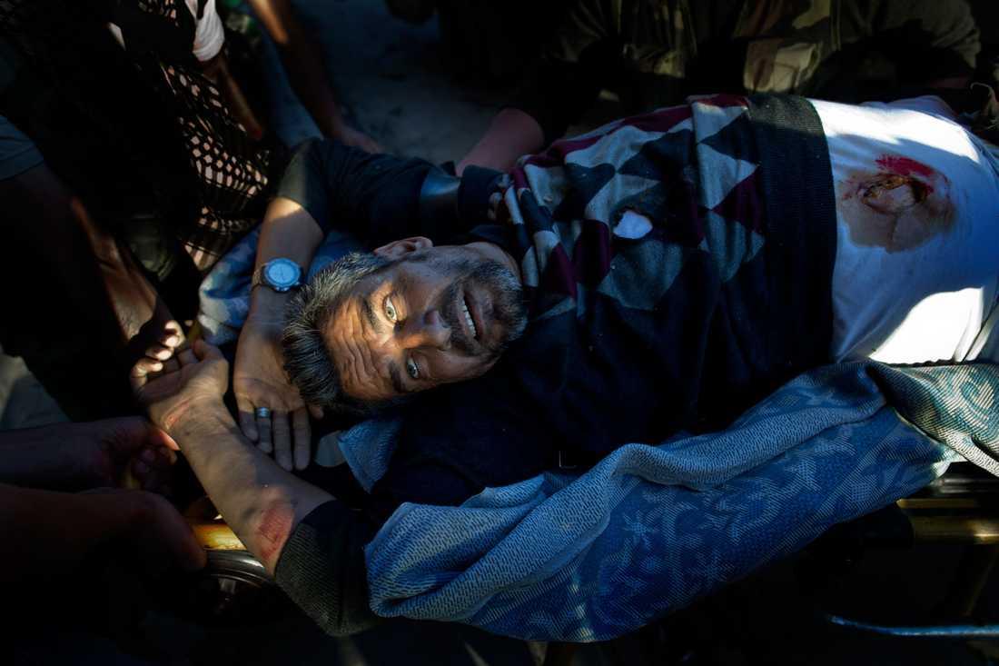 En krypskytt har skjutit mannen i ryggen. Han förs till Dar al-Shifa-sjukhuset av sina vänner.