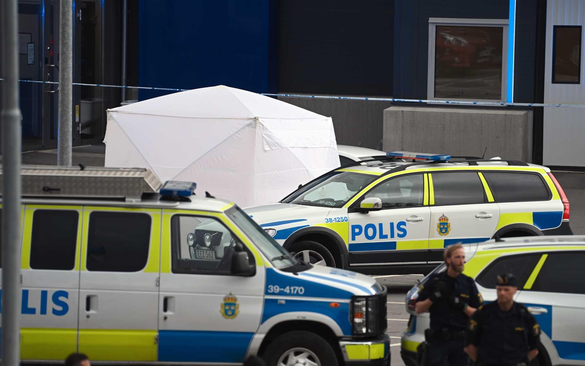 En man har har blivit skjuten vid ett gym i Södertälje. Kriminaltekniker har satt upp ett tält.
