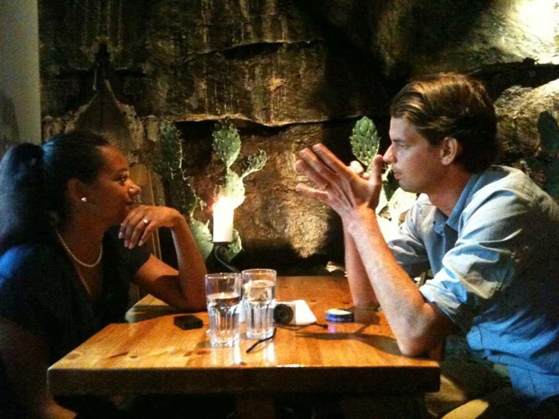 Alex Schulman fick träffa exfrun Olivia Rieke på en restaurang på söder.