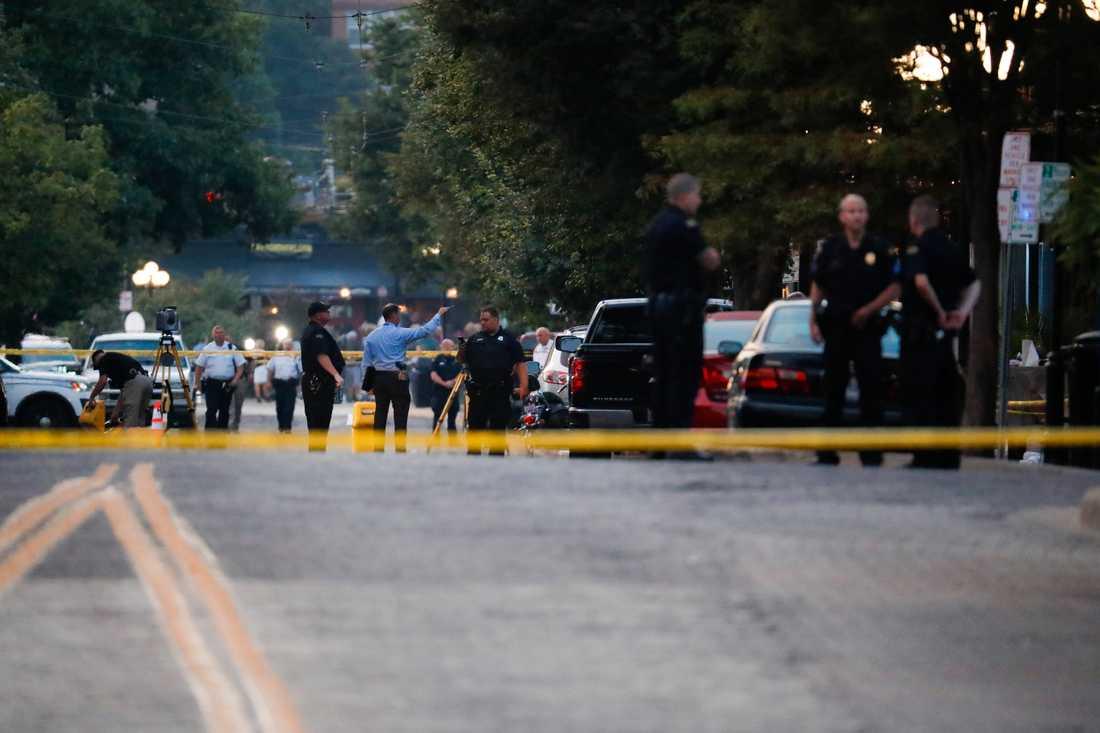 Polisen arbetar bakom avspärrningarna efter skjutningen i Dayton i Ohio.
