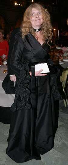 Kristina Lugn Här skulle man kunna tro att det är begravning. Svart från topp till tå, svart klänning, svart väska, svarta handskar, svart halsband. Sorgens färg från topp till tå är för deprimerande. Betyg: 1/5