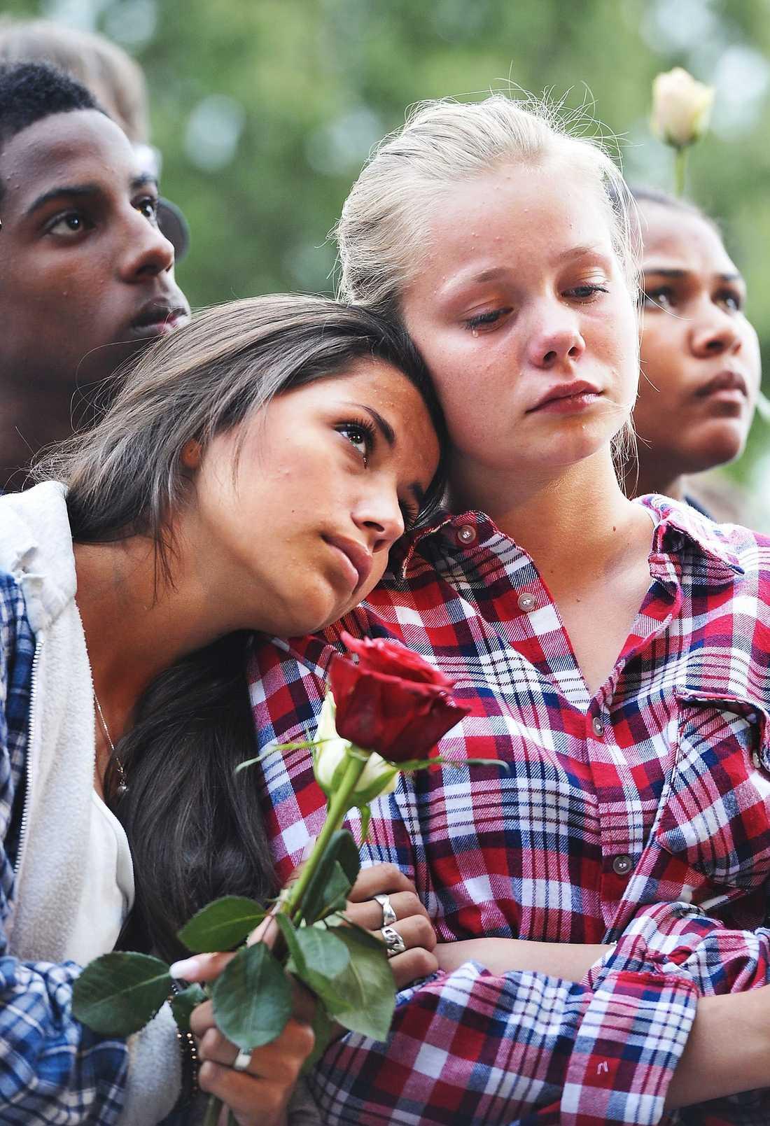 TRÖST Oslo gick man ur huse för att delta i blomstertåget. Unga och gamla sörjde tillsammans.