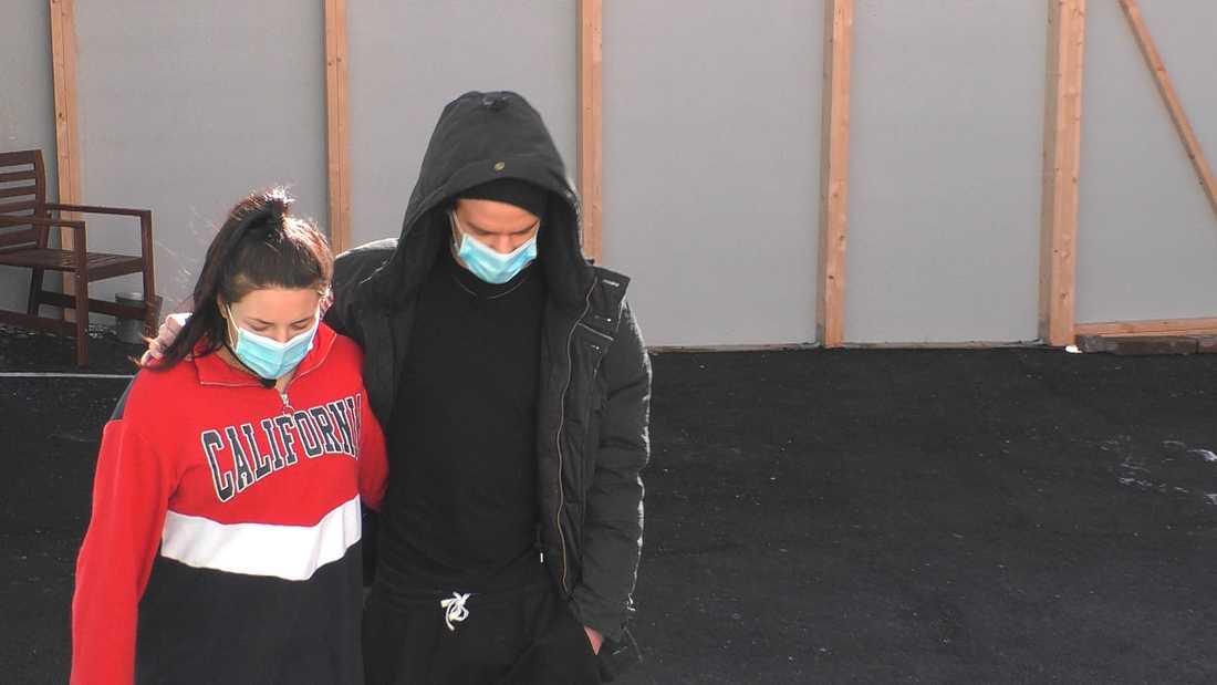 Victoria Klöfver Rama och Martin Forstén gick runt med munskydd på utegården.