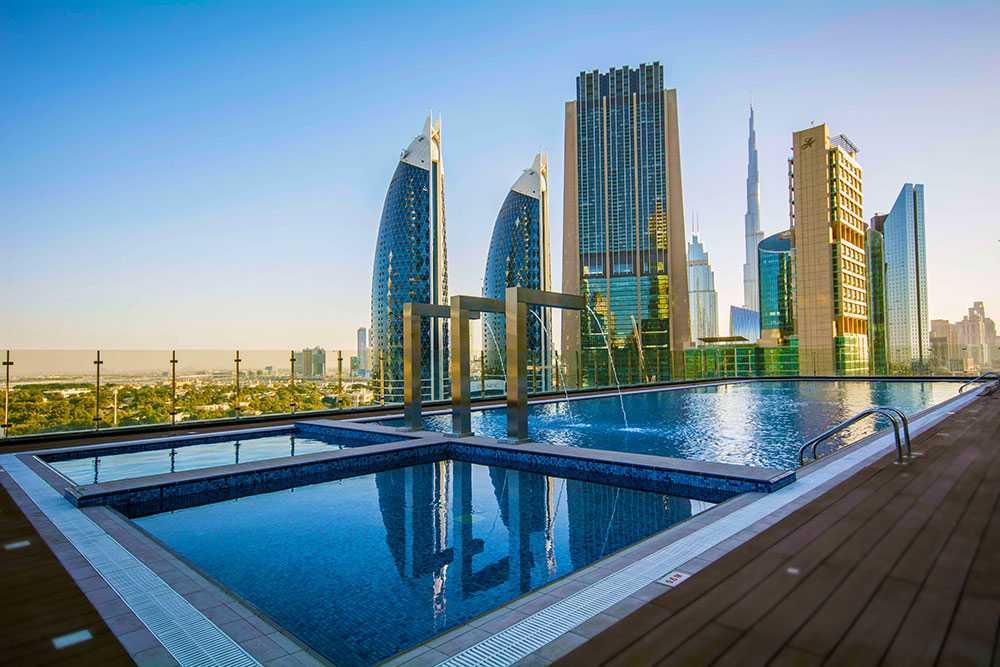 Hotellet har ett stort poolområde.