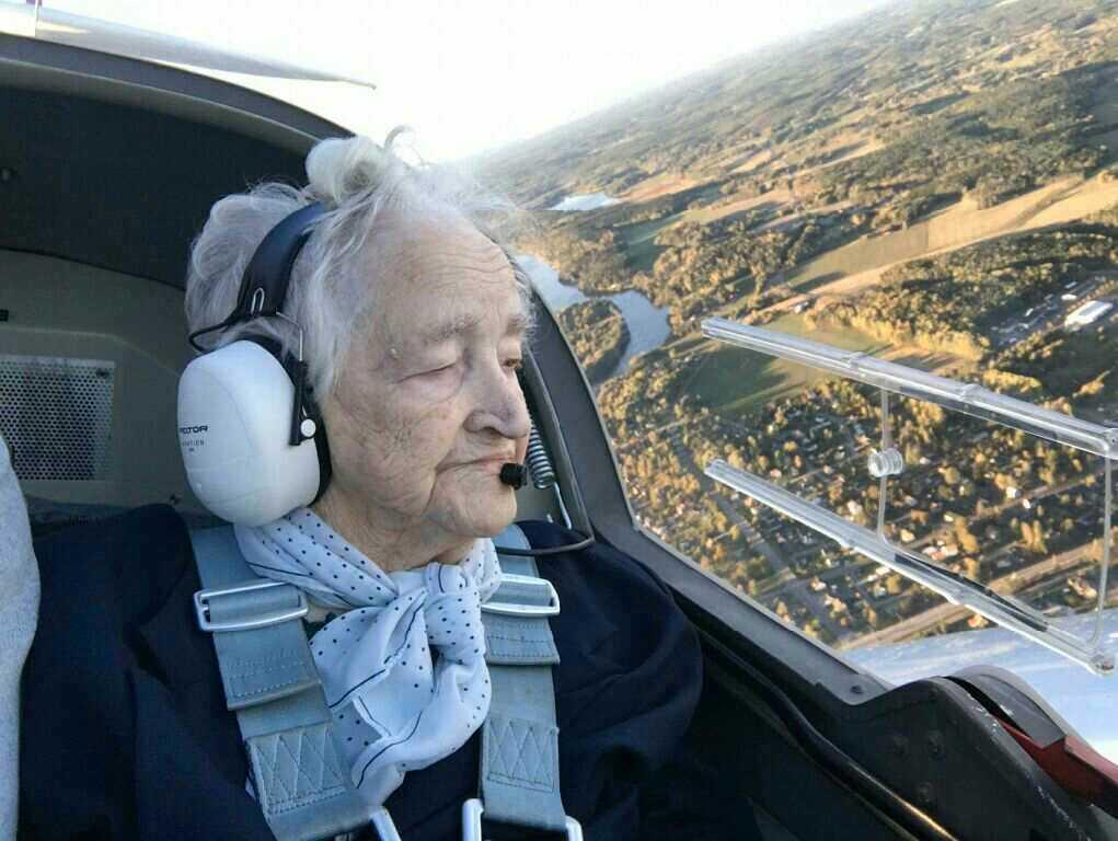 """Svea Nilsson, 99, i Säffle hade aldrig tidigare flugit. Men innan hundraårsdagen hann hon med att hälsa på ovan molnen. """"Hon tyckte det var jättehäftigt"""", säger aktivitetssamordnaren Angelica."""