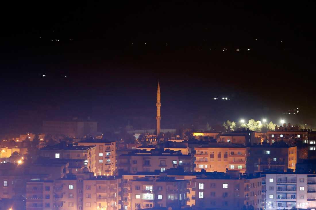 Bild från den turkiska staden Ceylanpinar, nära gränsen till Syrien, strax före tidpunkten då tidsfristen för de kurdiska styrkorna att lämna området löpte ut på tisdagskvällen.