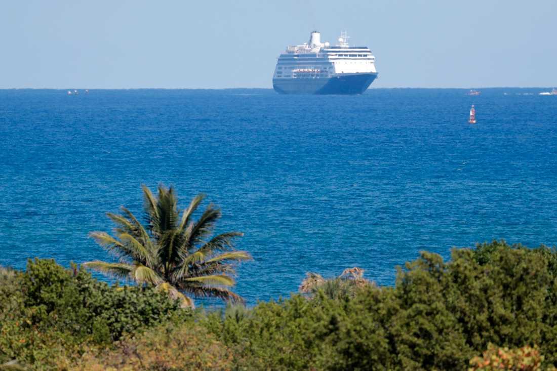 Kryssningsfartyget MS Zaandam närmar sig hamnen i Fort Lauderdale i Florida efter att myndigheterna givit det klartecken till att lägga till.