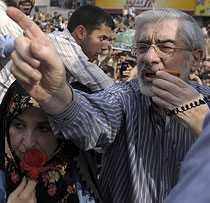 Mir Hossein Mousavi talade till sina supporters i inledningen av upploppen, med hustrun Zahra Rahnavard vid sin sida.