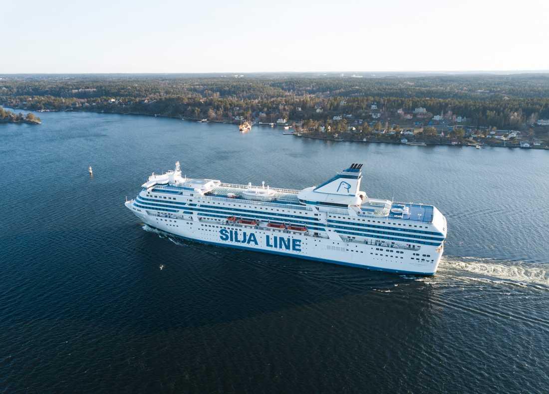 Fartyget Silja Symphony är fast i Värtahamnen med 2000 passagerare ombord till följd av tekniskt fel. Arkivbild.
