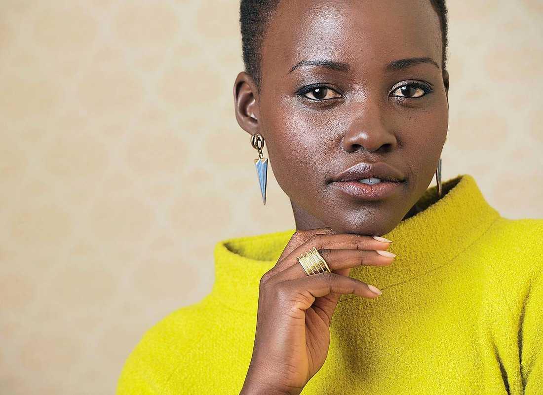 Lupita Nyong'o har ett brokigt förflutet. Hennes pappa var politiskt aktiv i Kenya och tvingades fly till Mexiko. Där föddes Lupita, men hon växte senare upp i Kenya när pappan återvände. Filmutbildningen har hon fått i USA.