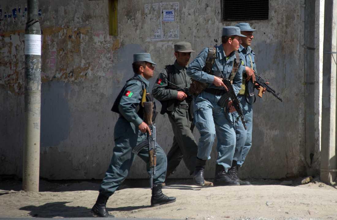 Afghanska poliser rusar området där attackerna skett.