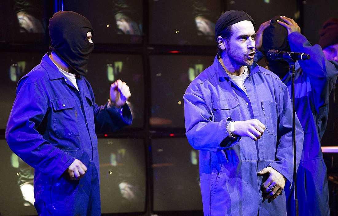 Hiphopgruppen Kartellen tog hjälp av Ola Rapace under sitt nummer, som blev en manifestation mot rasism. SVT väntade tills de hade sett genrepet innan de godkände tilltaget.