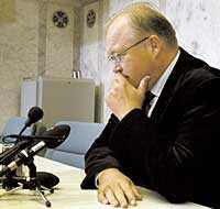RÖDÖGD OCH LÅGMÄLD Göran Persson var lågmäld och rödögd när han mötte pressuppbådet i regeringskansliet Rosenbad i går. Men tårar i ögonen berättade han om tragedin som inträffat tidigare under dagen. Persson fick den fruktansvärda nyheten bara fem minuter efter dådet mot Anna Lindh.