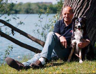 han blev 71 år Hans Holmér avled i fredags kväll efter en tids sjukdom, 71 år gammal. Den sista tiden bodde han på en hästgård utanför Trelleborg i Skåne - fjärran från den hårda verklighet i Stockholm city där han blev känd för hela svenska folket under den kalla våren 1986. Som ledare för spaningarna efter Olof Palmes mördare syntes han mer eller mindre dagligen i press och tv.