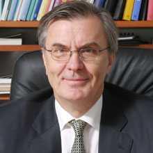 Mitt i konflikten Sveriges ambassadör Lars Vargö uppger att läget i Seoul är spänt.