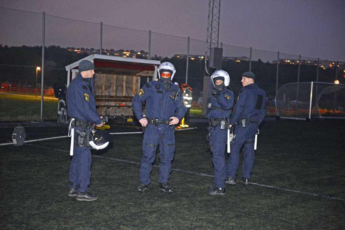 Poliser vid branden på Igelbäcksskolan i Kista
