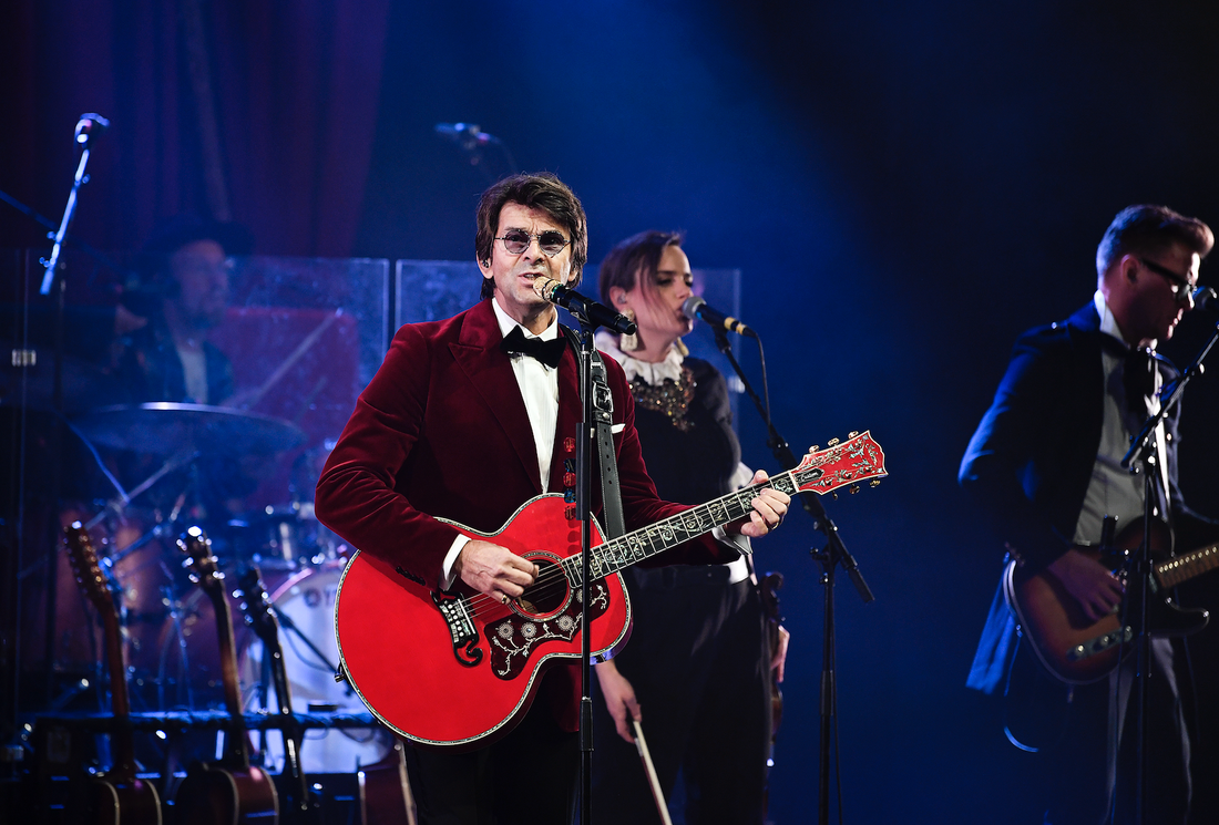 Mannen med den röda gitarren. Niklas Strömstedts julkonsert är en av de bättre i genren.
