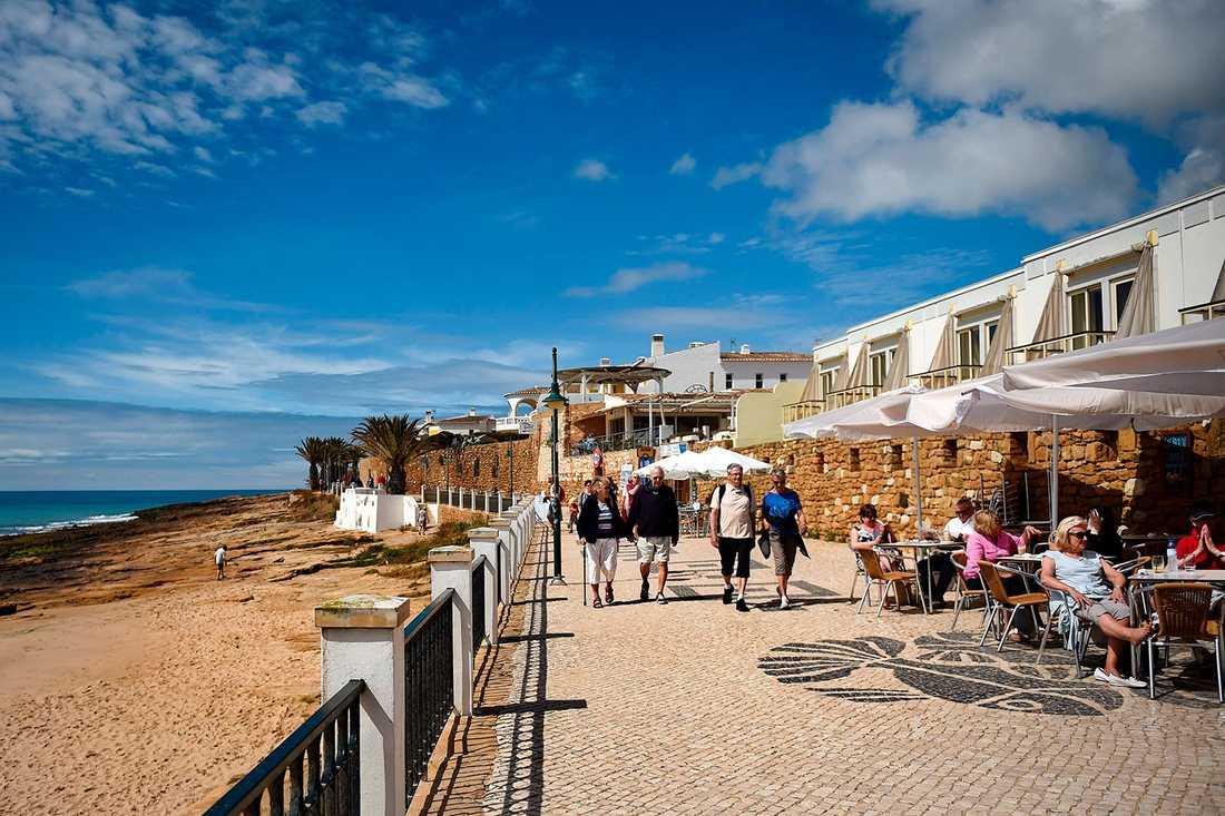 Turister i Praia da Luz, tio år efter försvinnandet.