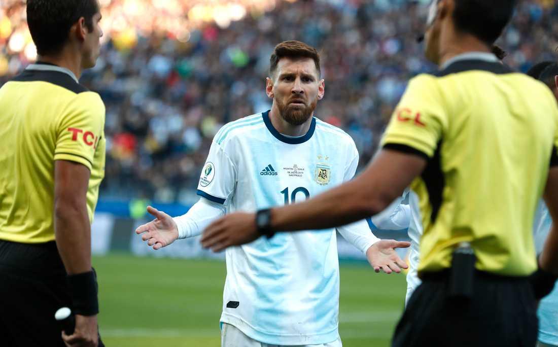 Lionel Messi reagerar efter att ha blivit utvisad mot Chile i bronsmatchen.