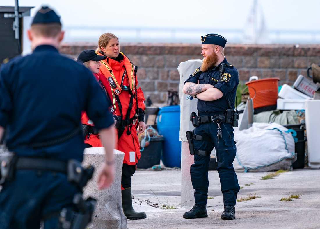 Polis och kustbevakning på plats efter att två båtar har krockat utanför hamnen Skanör på fredagskvällen.