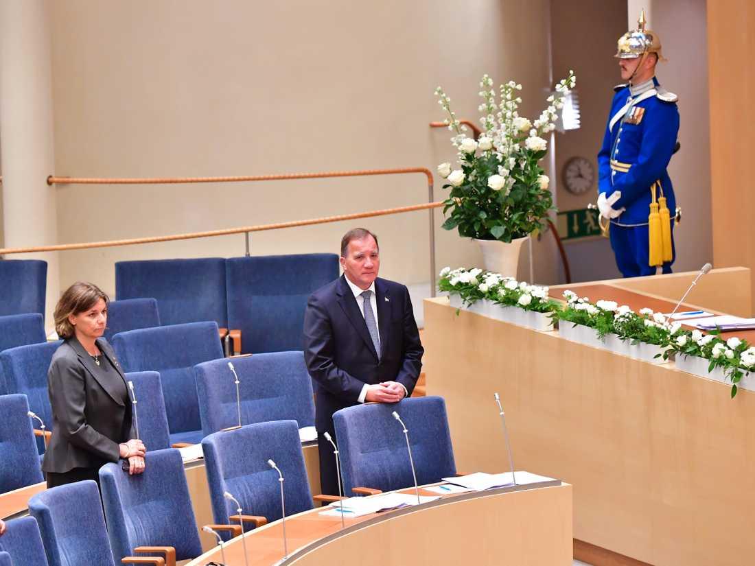 Vice statsminister Isabella Lövin (MP) och statsminister Stefan Löfven (S) under minnesceremonin i riksdagen för coronapandemins offer.