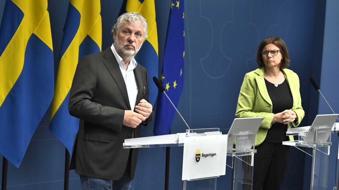 Biståndsminister Peter Eriksson (MP) och vice statsminister Isabella Lövin (MP) flyttar om 380 miljoner av biståndet till förmån för flera FN-organ.
