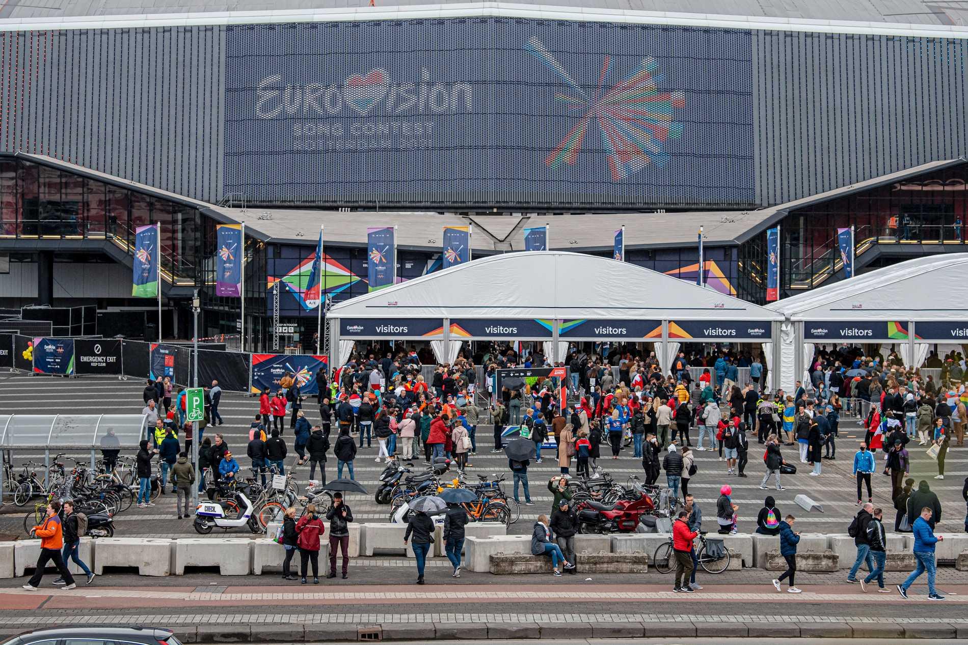 Publik på väg in i Ahoy arena. Totalt smittades 48 personer av 29875 i publiken under nio Eurovision-shower.