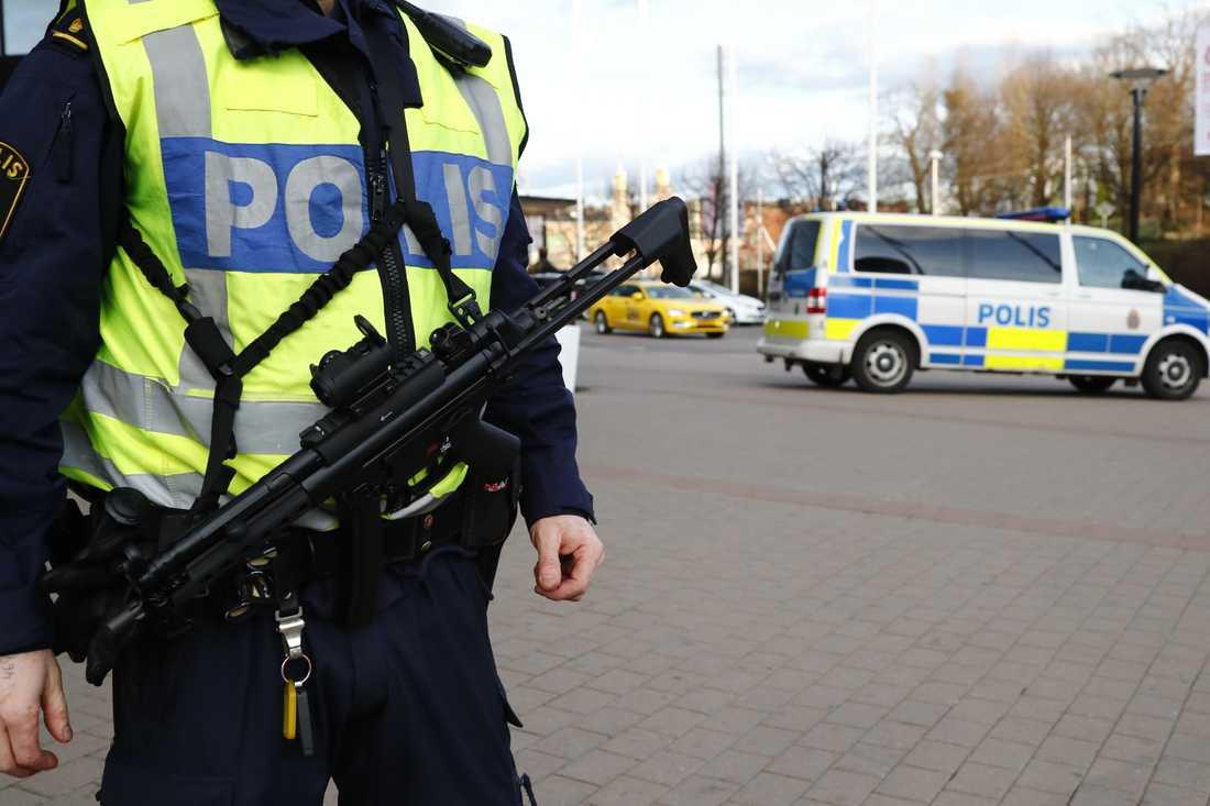 Svenskarna utsätts för allt färre brott men politiker lovar enorma skattepengar till fler poliser, inte bättre eller mer välutbildade poliser.