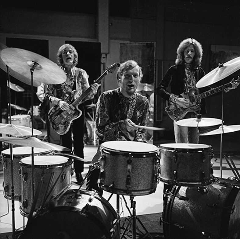 Ginger Baker tillsammans med medlemarna i bandet Cream spelar i Holländsk TV 1968.
