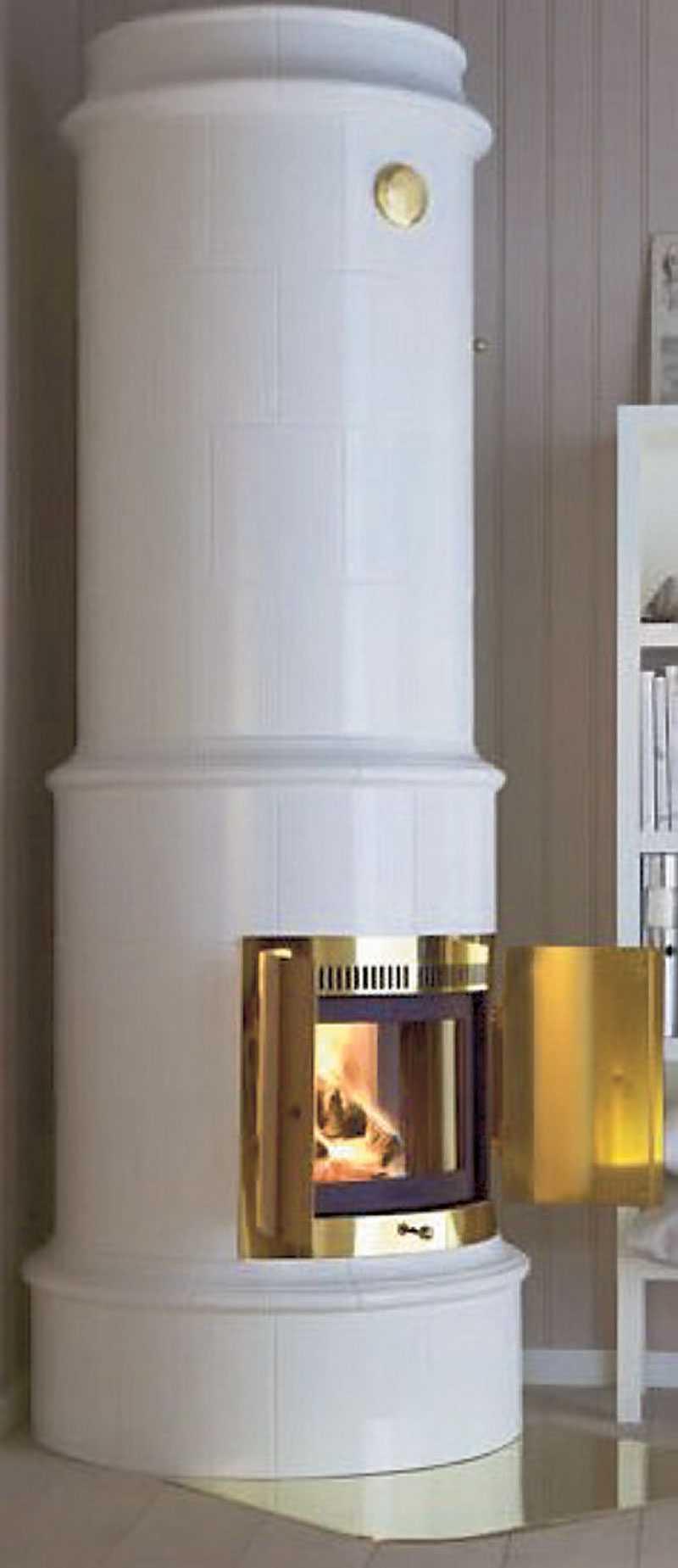 Allmoge 521. Slät, vit och modern. Diskret dekorering. Kan stå i hörn eller mot rak vägg. Pris: 47500 kr. www.nibefire.eu