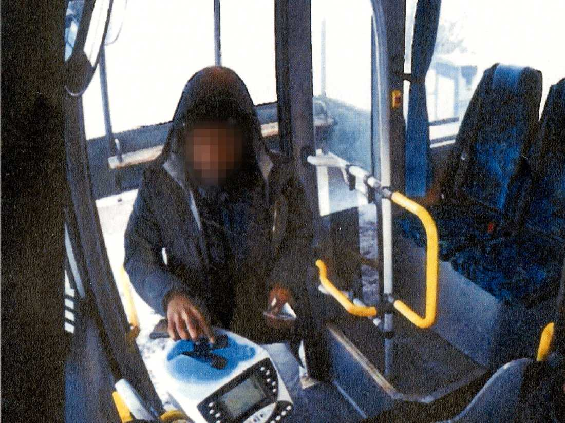 Använde offrets SL-kort Här använder den misstänkte 27-åringen offrets SL-kort. Genom övervakningskamerorna på bussen kunde man identifiera och gripa honom.