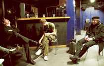 """turné igen Broder Daniel i logen inför turnépremiären i Umeå 2003. """"Det var en väldigt annorlunda turné, den var mer uppstyrd än tidigare"""", säger sångaren Henrik Berggren."""