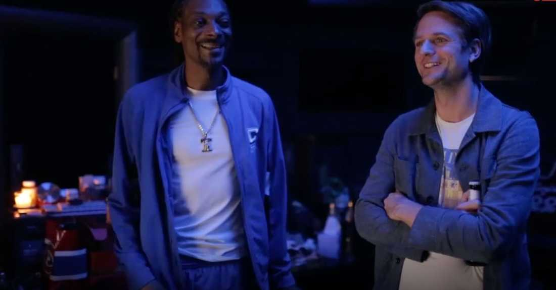 Klarnas vd Sebastian Siemiatkowski möter Snoop Dogg som gått in i banken.