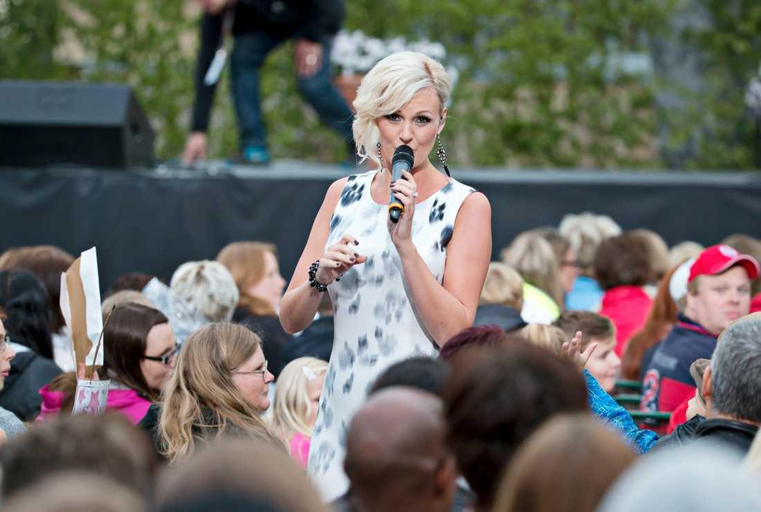 I sommar gör Sanna Nielsen debut som programledare för Allsång på Skansen. Här uppträder hon i programmet 2014.