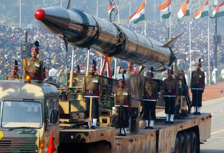 Missilen Agni II visas upp i Indien.