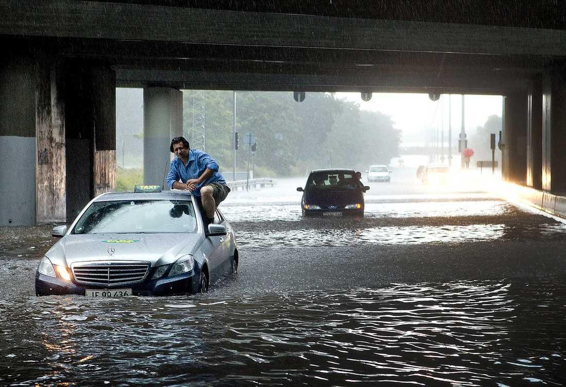 KRAFTIGA ÖVERSVÄMNINGAR  Regnoväder lade under lördagen större delar av Köpenhamn under vatten. Här försöker en taxichaufför undvika att köra fast i vattenmassorna.