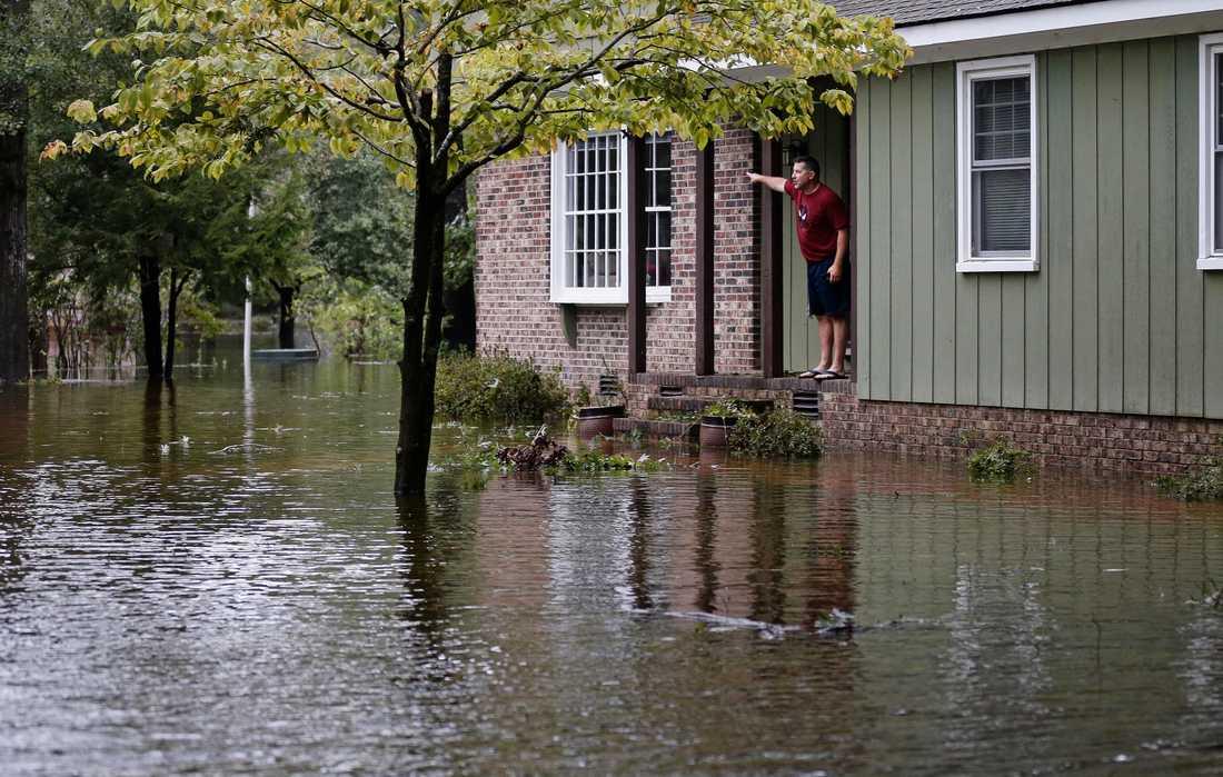En man i Lumberton, North Carolina, hjälpa Kustbevakningen genom att peka ut vart det behövs hjälp.