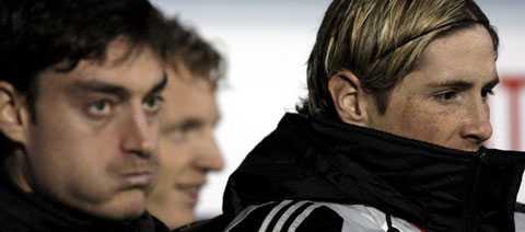 Liverpools tränare började med att bänka sin offensiv – och satsa allt på försvaret. Här sitter Albert Riera och Fernando Torres och fryser på bänken.