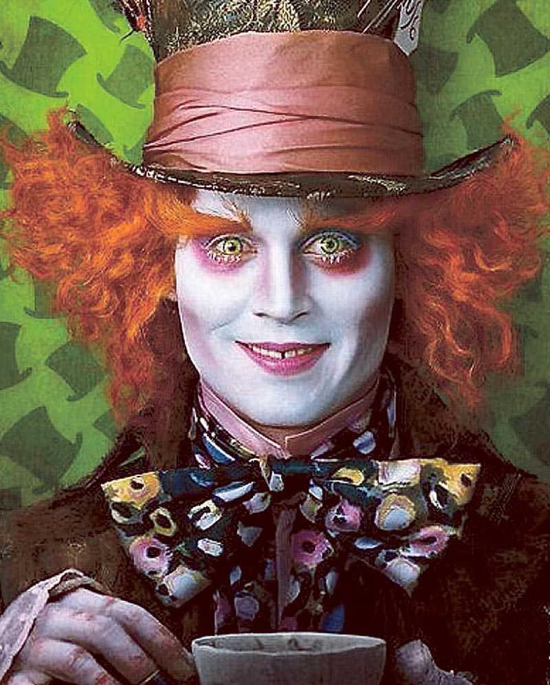 Johnny Depp spelar Den galne hattmakaren och Helena Bonham Carter har rollen som Hjärter dam i vad som lovar att bli en färgstark film.