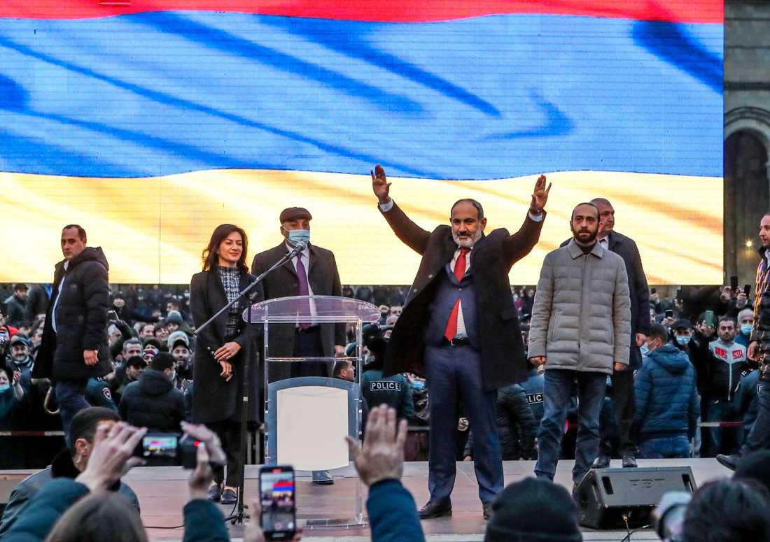 Armeniens premiärminister Nikol Pasjinian möter sina anhängare under ett massmöte i huvudstaden Jerevan på måndagen.