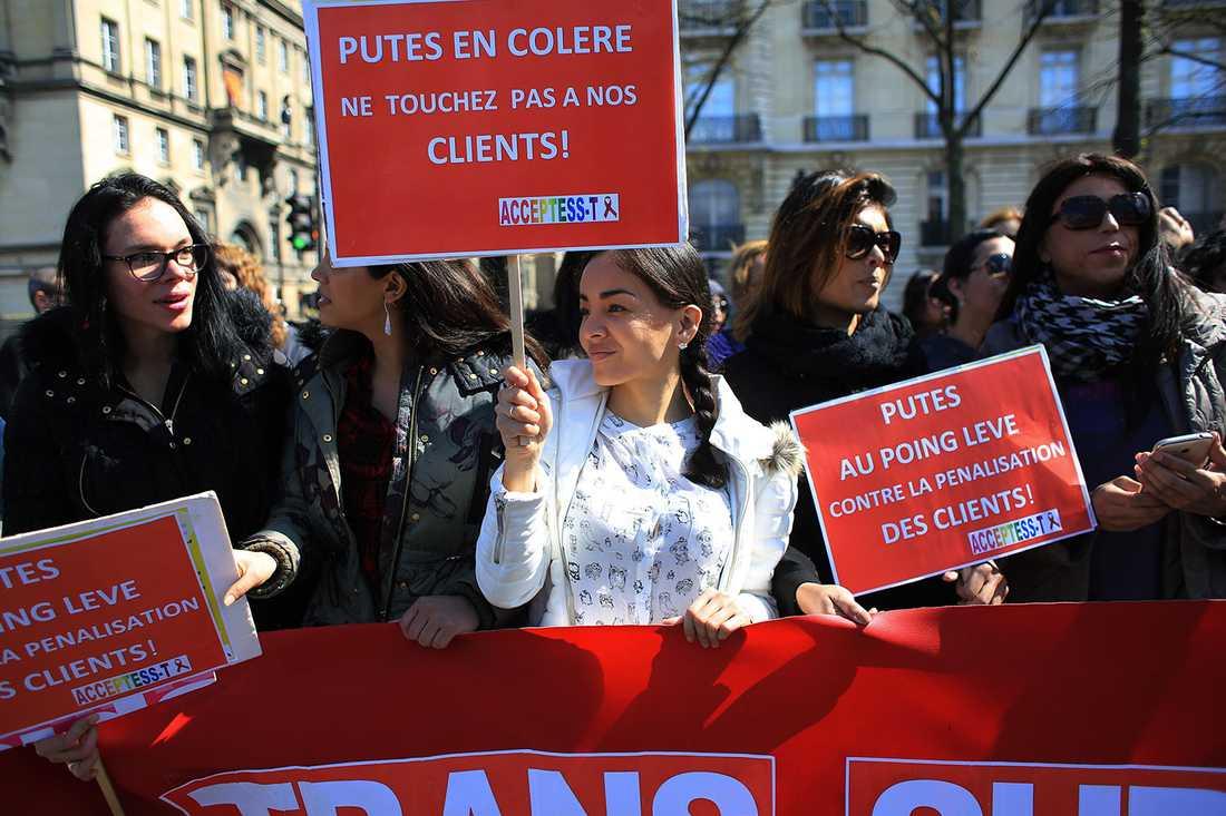 """Franska prostituerade protesterar mot lagen med skyltar där det står: """"Rör inte våra kunder""""."""