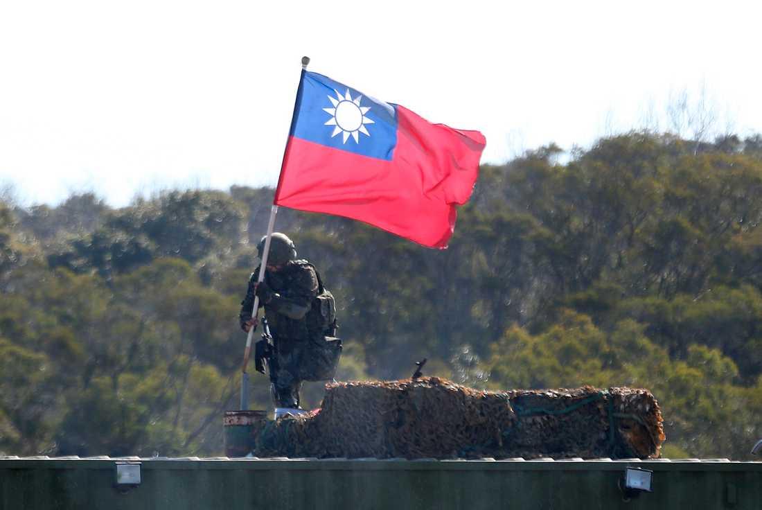 En soldat håller den taiwanesiska flaggan under en militärövning i norra Taiwan. Arkivbild.